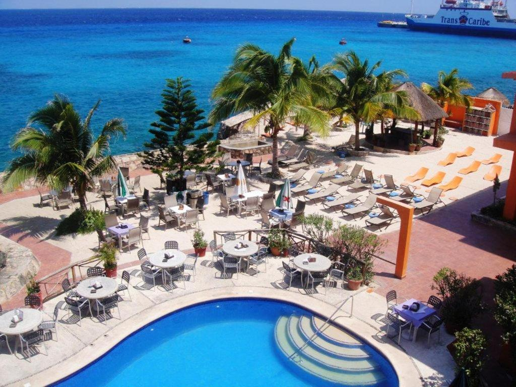 A view of the pool at Hotel Barracuda or nearby