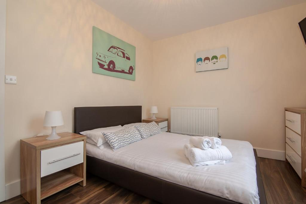 A bed or beds in a room at Franks Serviced Accommodation