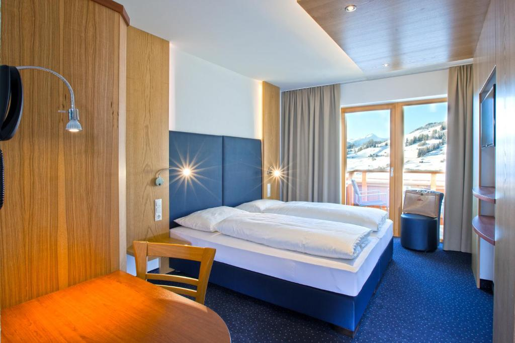 A bed or beds in a room at Hotel Lukas