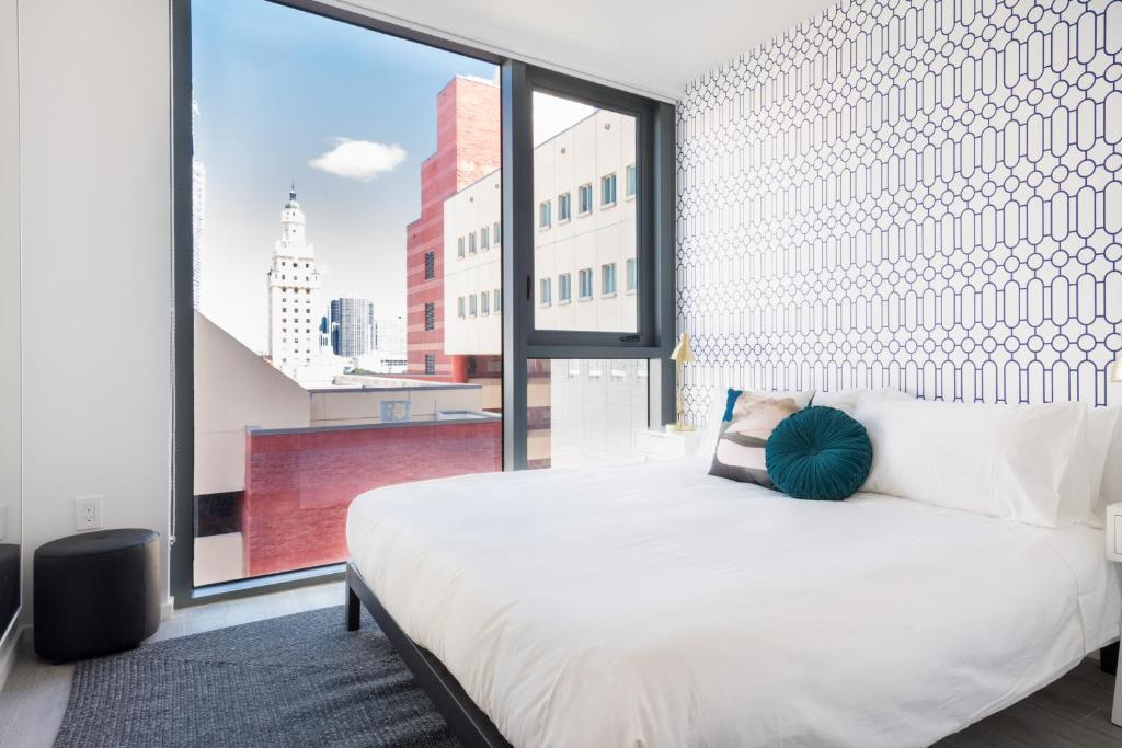 A bed or beds in a room at The Guild Downtown | X Miami
