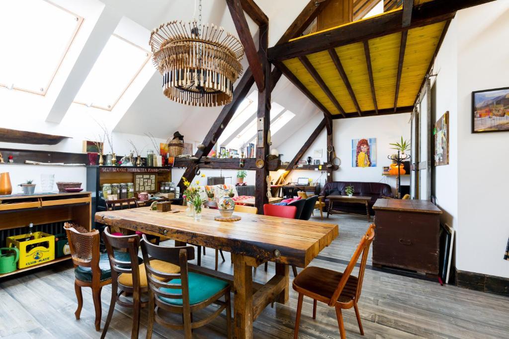 Ein Restaurant oder anderes Speiselokal in der Unterkunft Das Nest Budapest