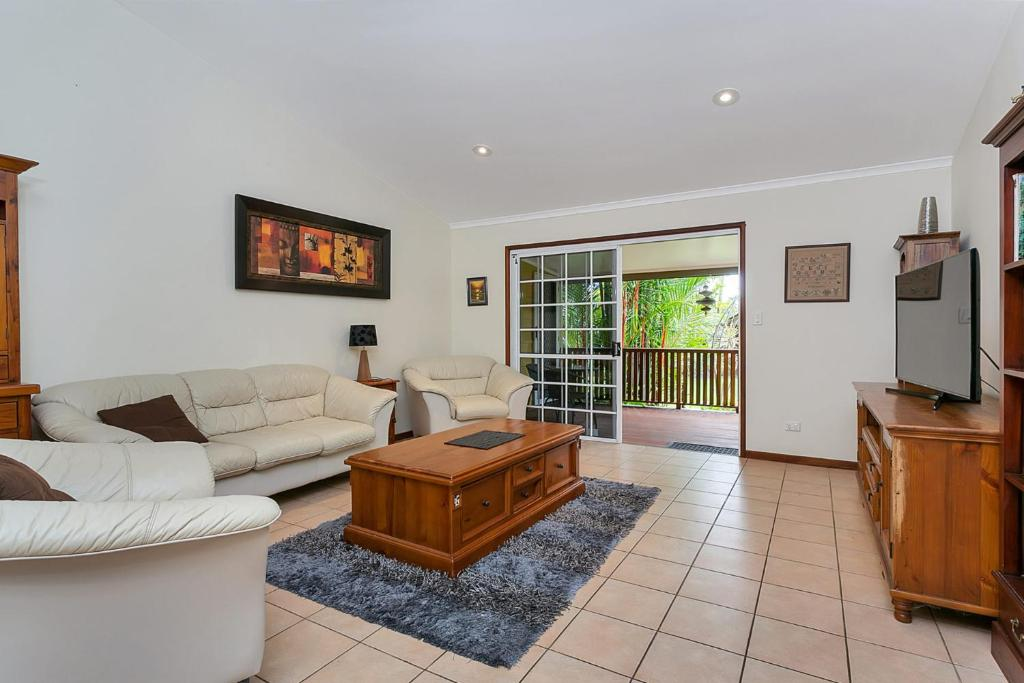 A seating area at Kewarra Beach Hideaway - Three Bedroom House with Pool