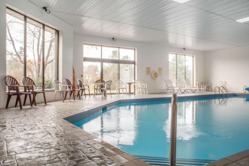 The swimming pool at or near Quality Inn Bracebridge