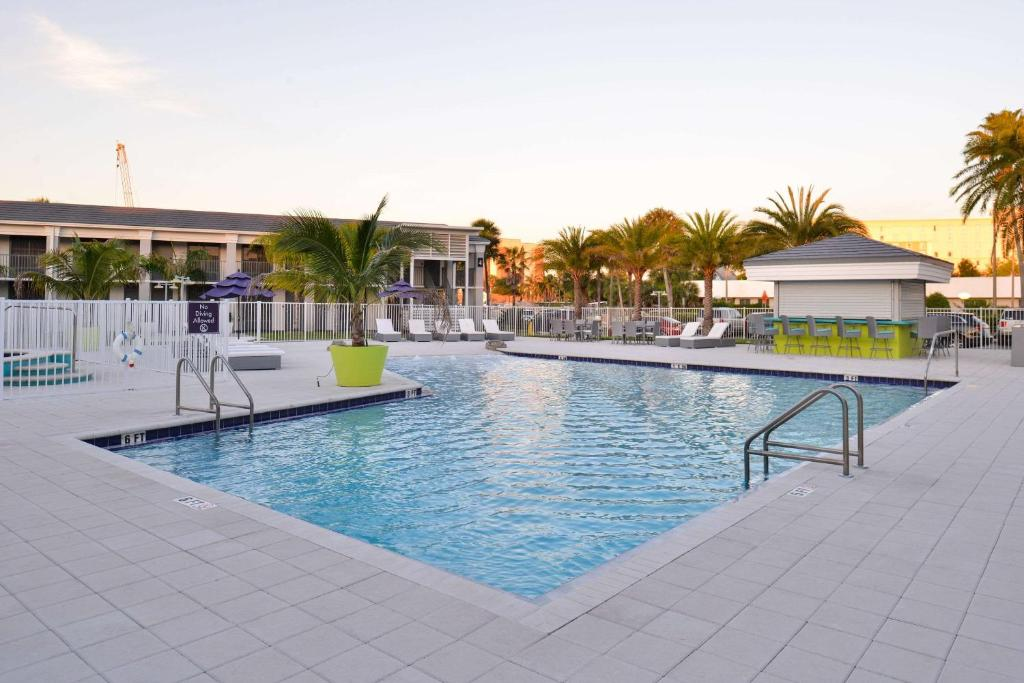 The swimming pool at or close to Clarion Inn & Suites Across From Universal Orlando Resort