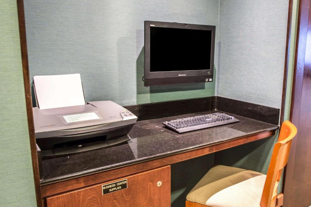 A television and/or entertainment centre at Comfort Inn on the Ocean