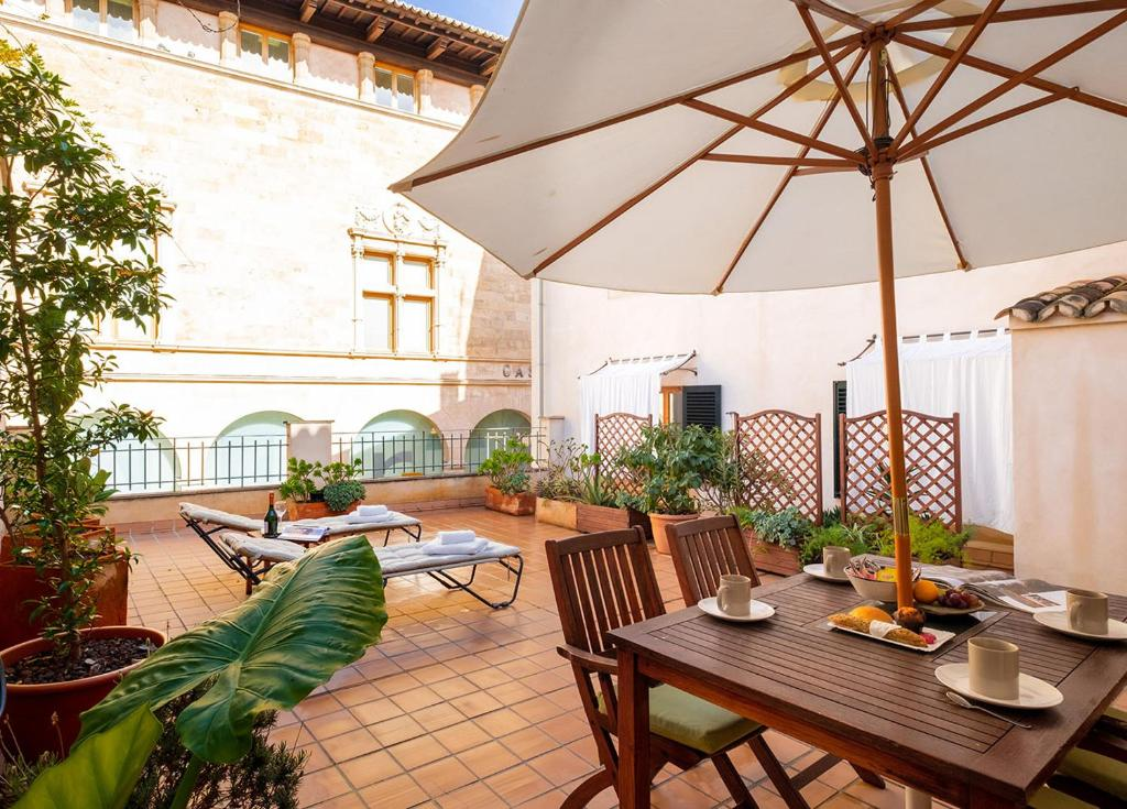 A restaurant or other place to eat at Ramón Llull House