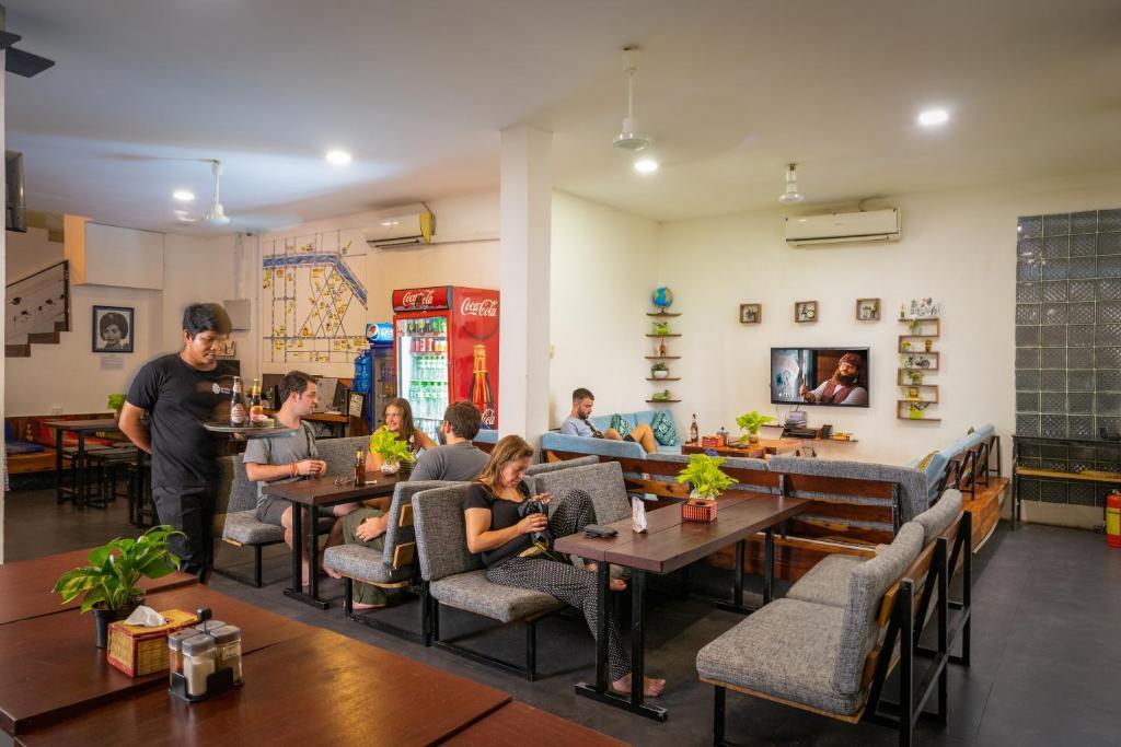 ワン ストップ ホステル シェムリアップ @ パブストリートにあるレストランまたは飲食店