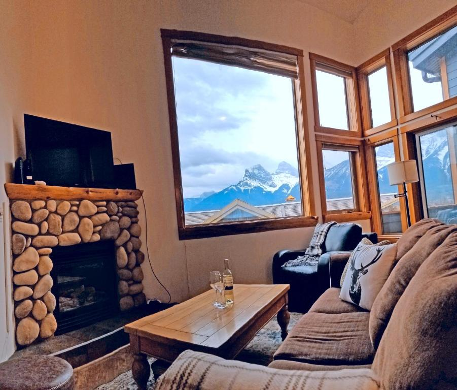 A seating area at Downtown Loft, Mountain Views, Fireplace, Couple's Retreat, Walker's Paradise