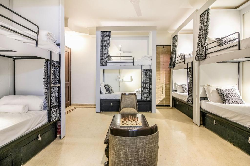 Ein Etagenbett oder Etagenbetten in einem Zimmer der Unterkunft Nomadia Hostel By Anara Homes & Villas