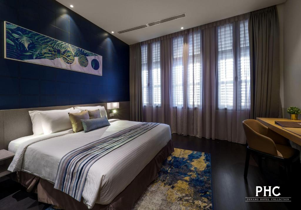 A bed or beds in a room at Ropewalk Piazza Hotel by PHC