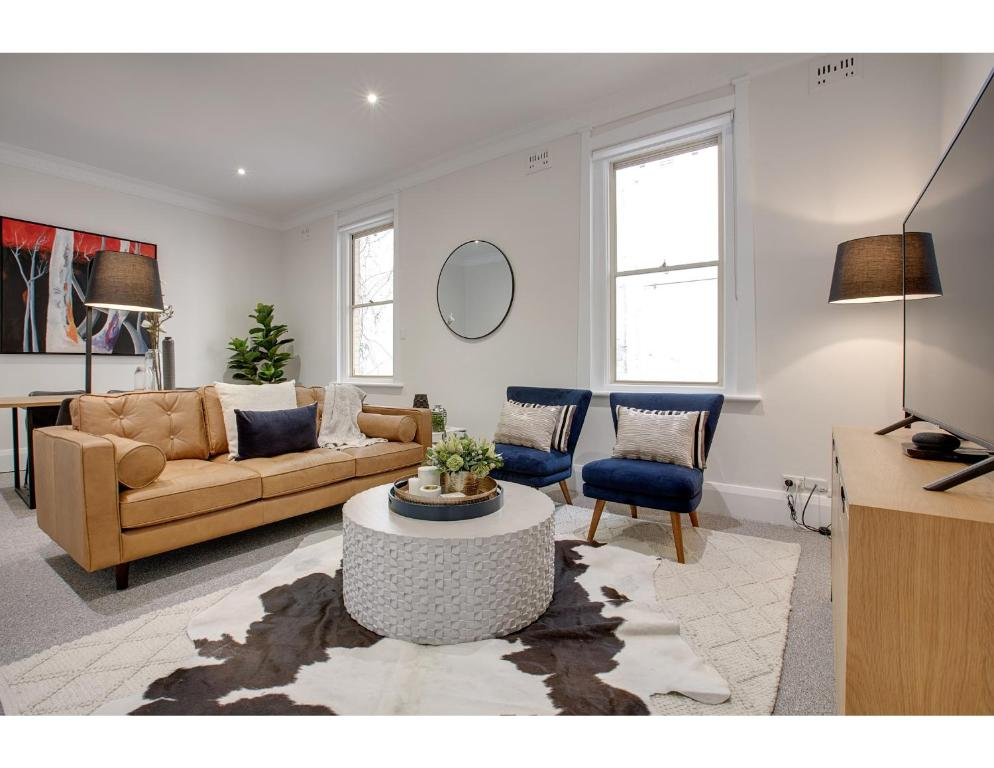 A seating area at Large, stylish and quiet penthouse steps from surf