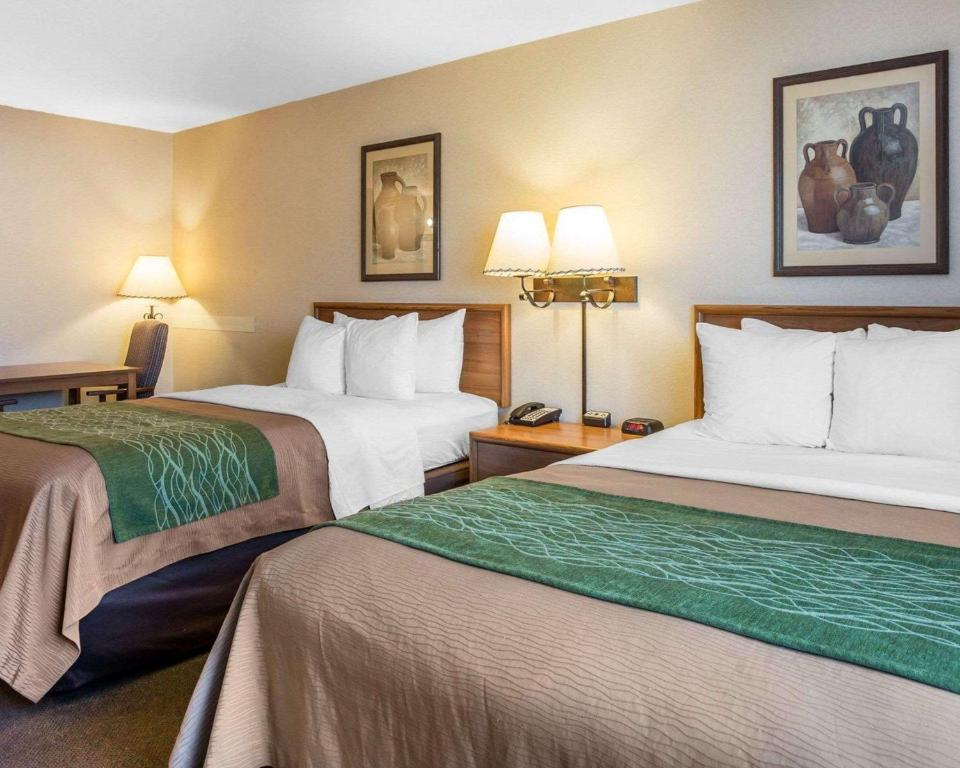 A bed or beds in a room at Quality Inn Lone Pine near Mount Whitney