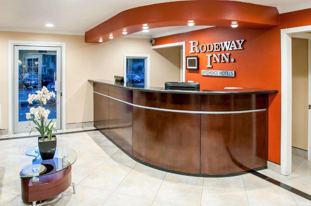 The lobby or reception area at Rodeway Inn San Diego Near SDSU