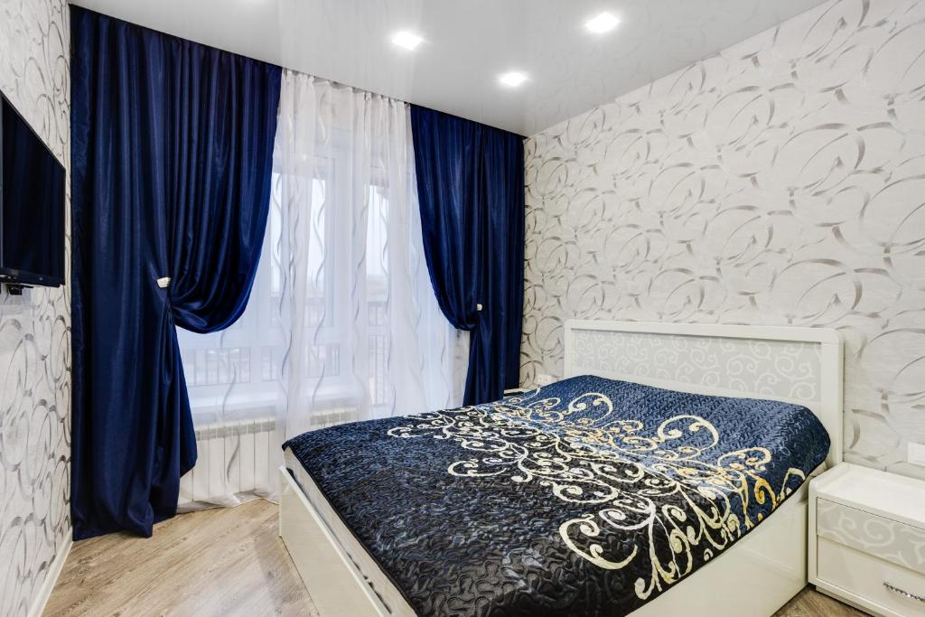 A bed or beds in a room at Home Like on Makovskogo 26 - 916