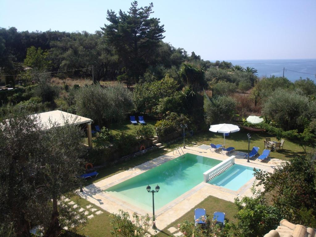 Vue sur la piscine de l'établissement Pension Skala ou sur une piscine à proximité