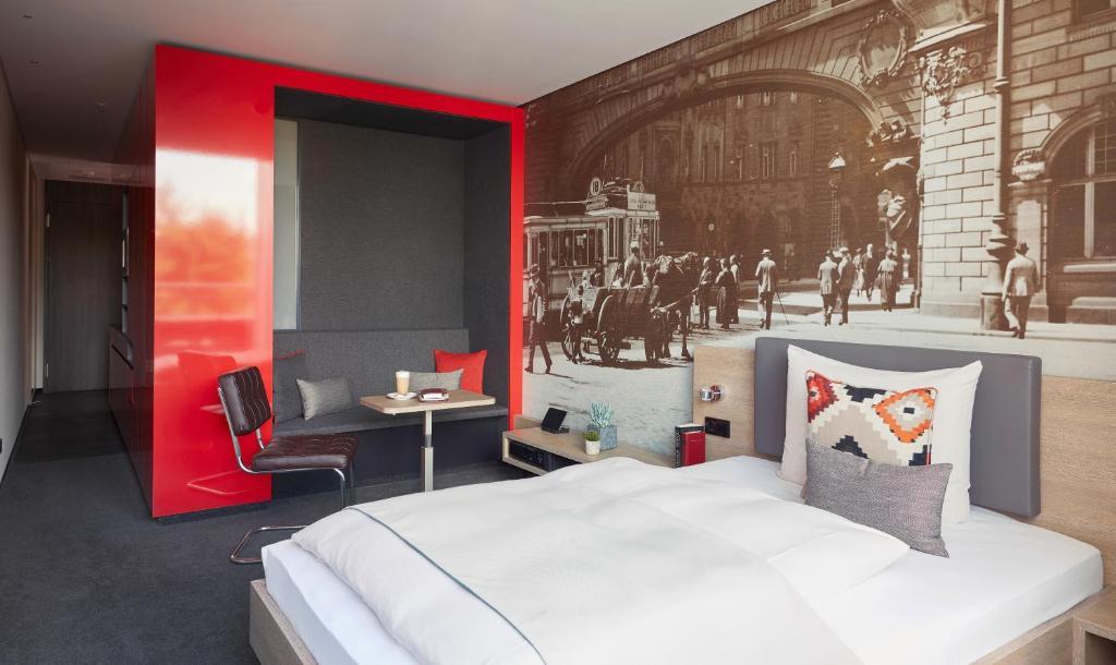 Ein Bett oder Betten in einem Zimmer der Unterkunft Living Hotel Frankfurt