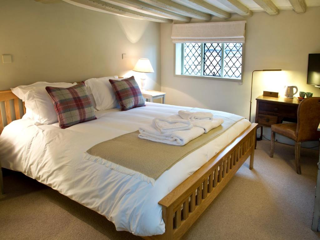 A bed or beds in a room at Anchor Inn