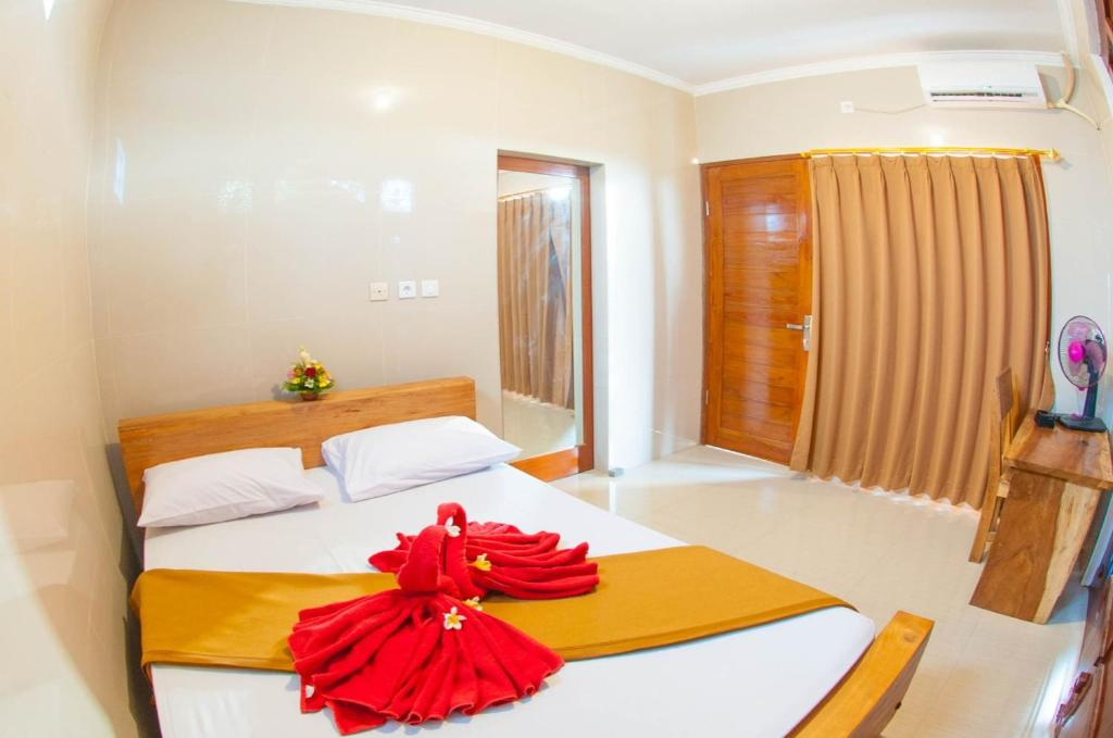 A bed or beds in a room at Putra Dhadi Homestay