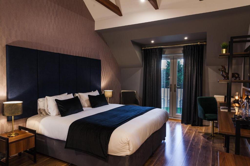 A bed or beds in a room at The Chesterton Hotel