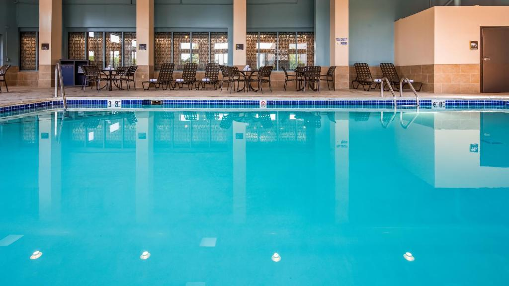 The swimming pool at or near Best Western Warren Hotel