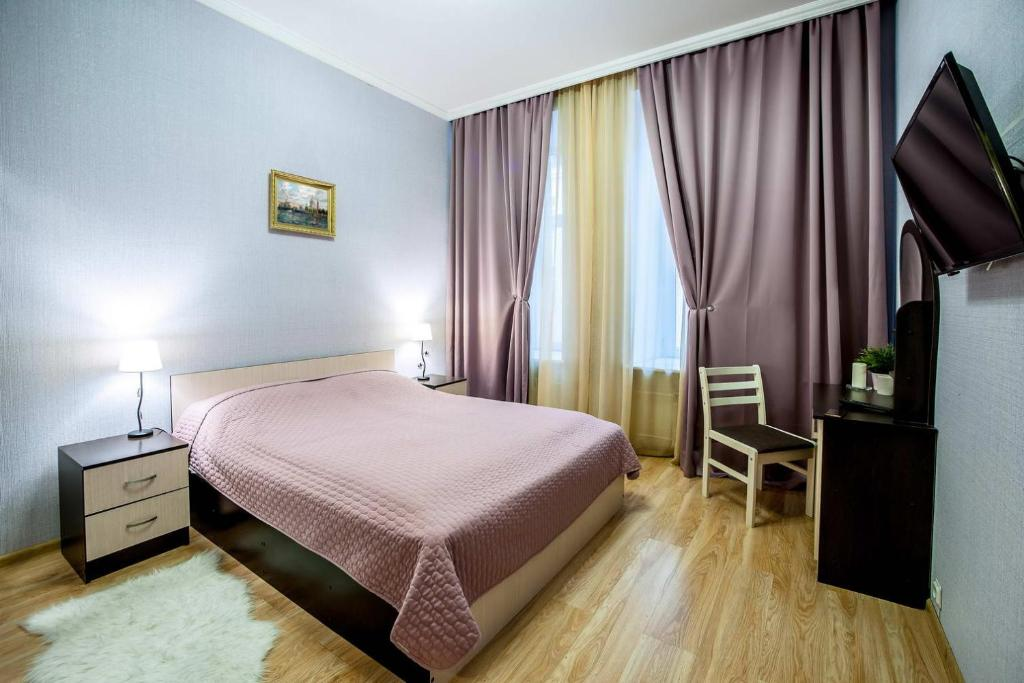 """A bed or beds in a room at """"Невская перспектива"""""""