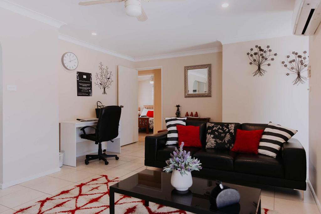 A seating area at Central Wagga Self Catering Apartment