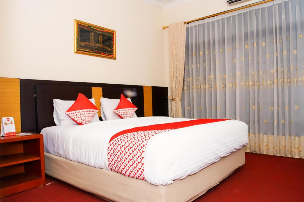 A bed or beds in a room at OYO 191 Edotel