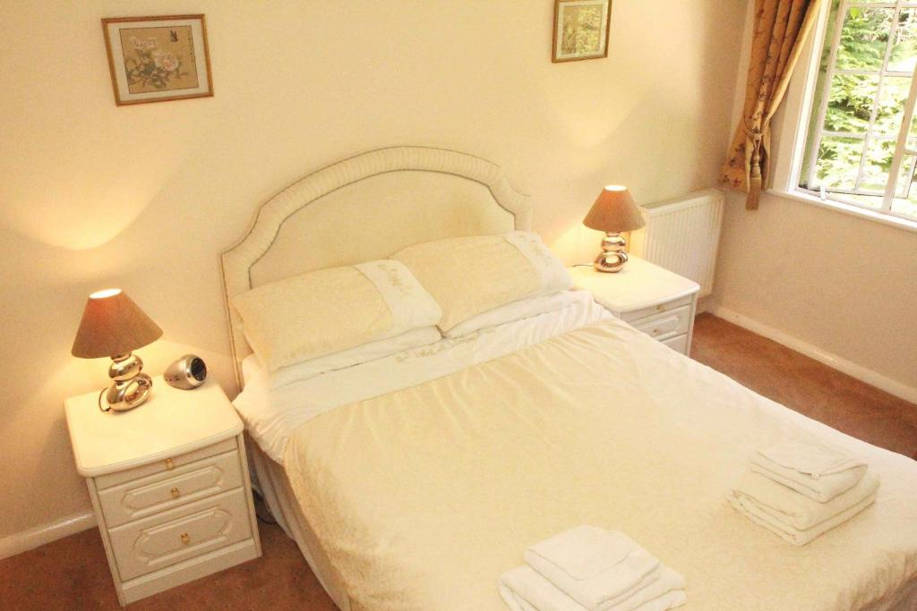 A bed or beds in a room at Tinkers Furze Bed and Breakfast