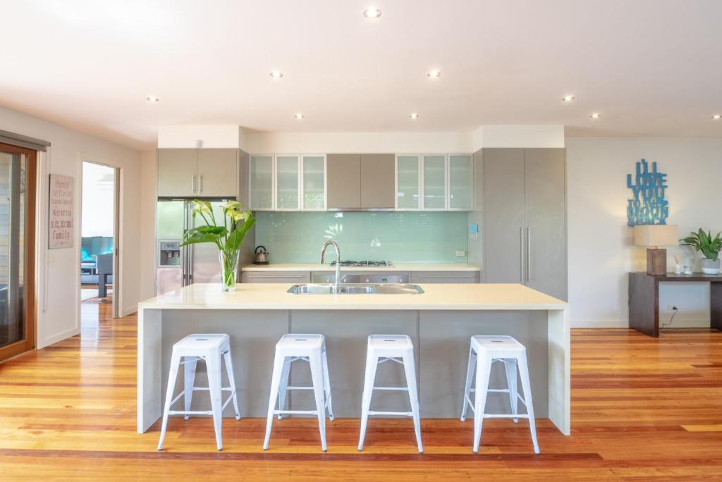 A kitchen or kitchenette at Blairgowrie Moonah Beach House: walk to beach