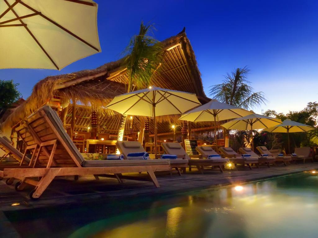 The swimming pool at or close to Flower Bud Bungalow Balangan
