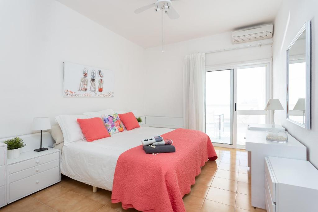 A bed or beds in a room at Frontline Beach Apartment