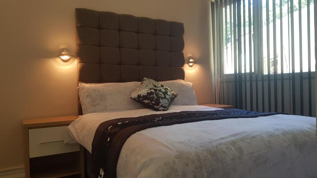 A bed or beds in a room at Valley Grove Bungalows