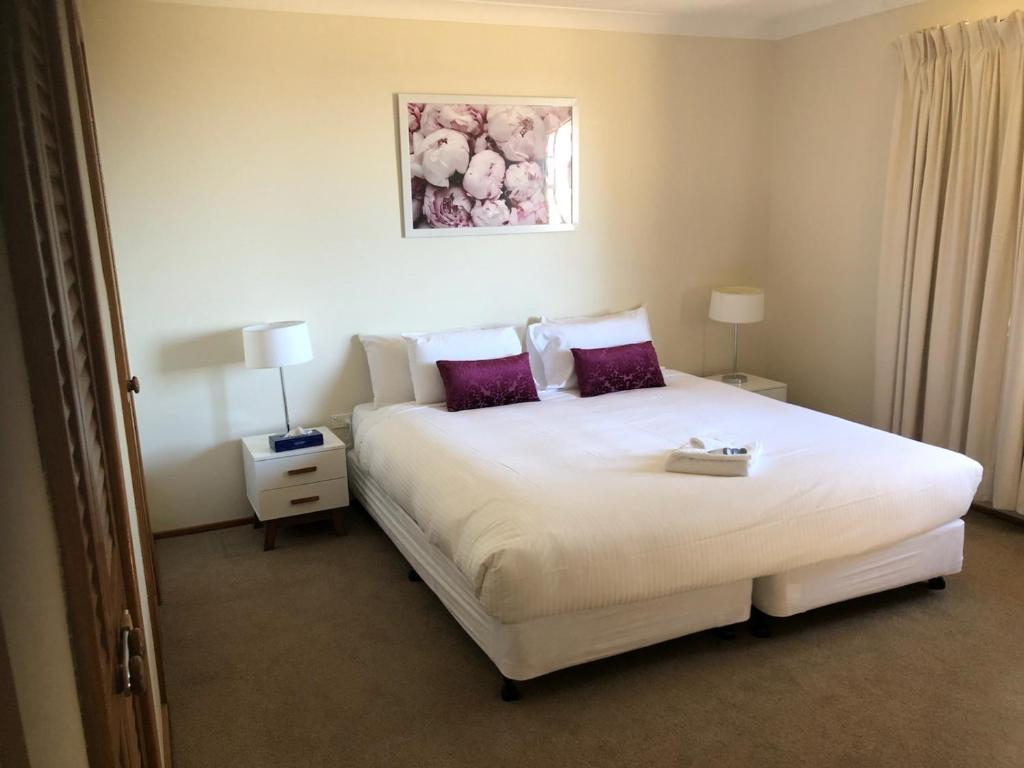 A bed or beds in a room at Robin Hill Views