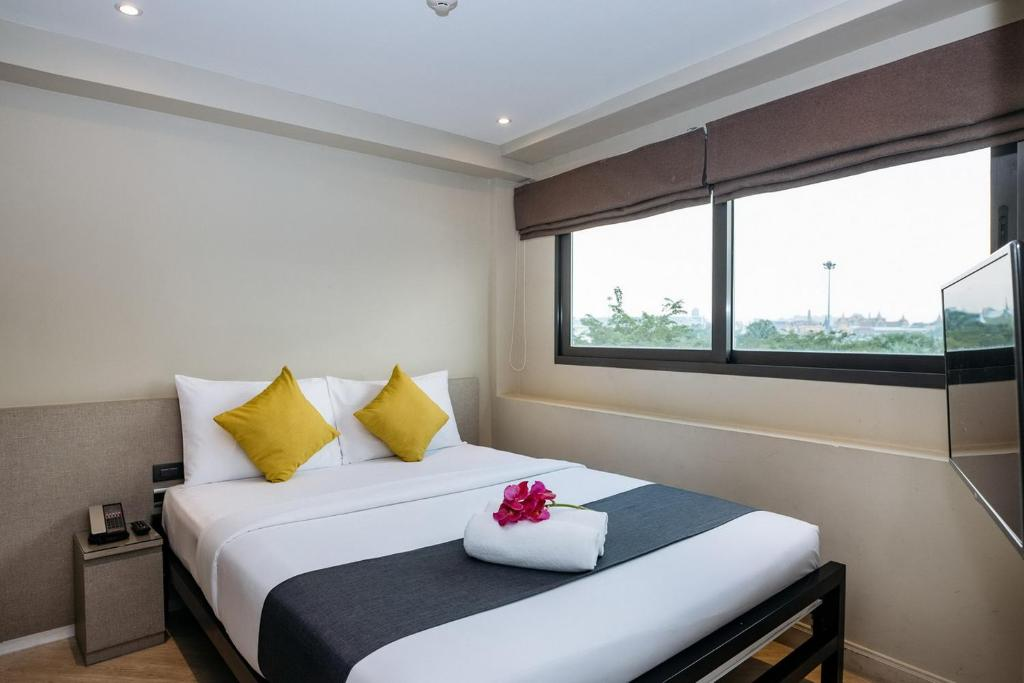 A bed or beds in a room at Lucky House Khaosan