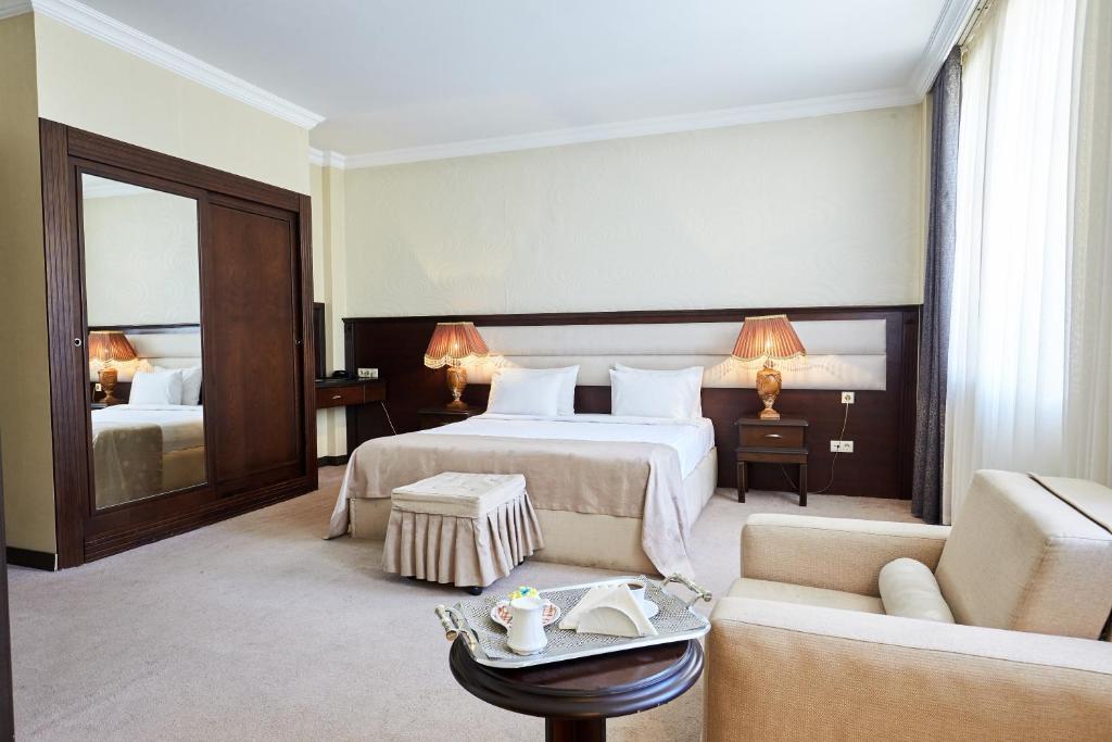 Cama ou camas em um quarto em Smith Hotel