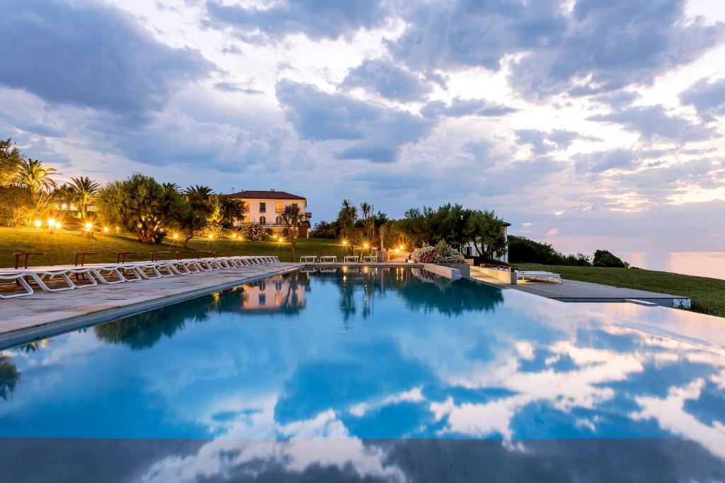 オテル ラ レゼルヴの敷地内または近くにあるプール