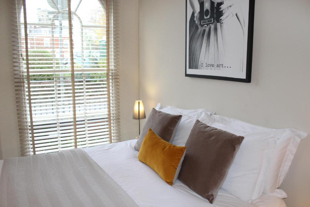 A bed or beds in a room at Bendene Townhouse