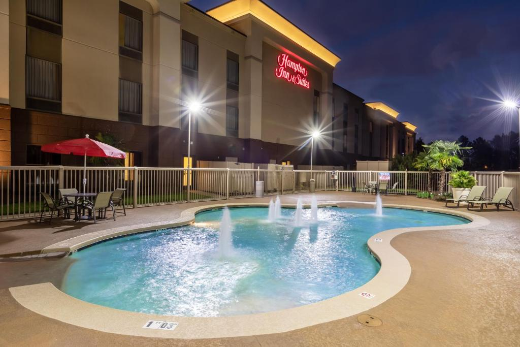 The swimming pool at or near Hampton Inn & Suites Baton Rouge - I-10 East