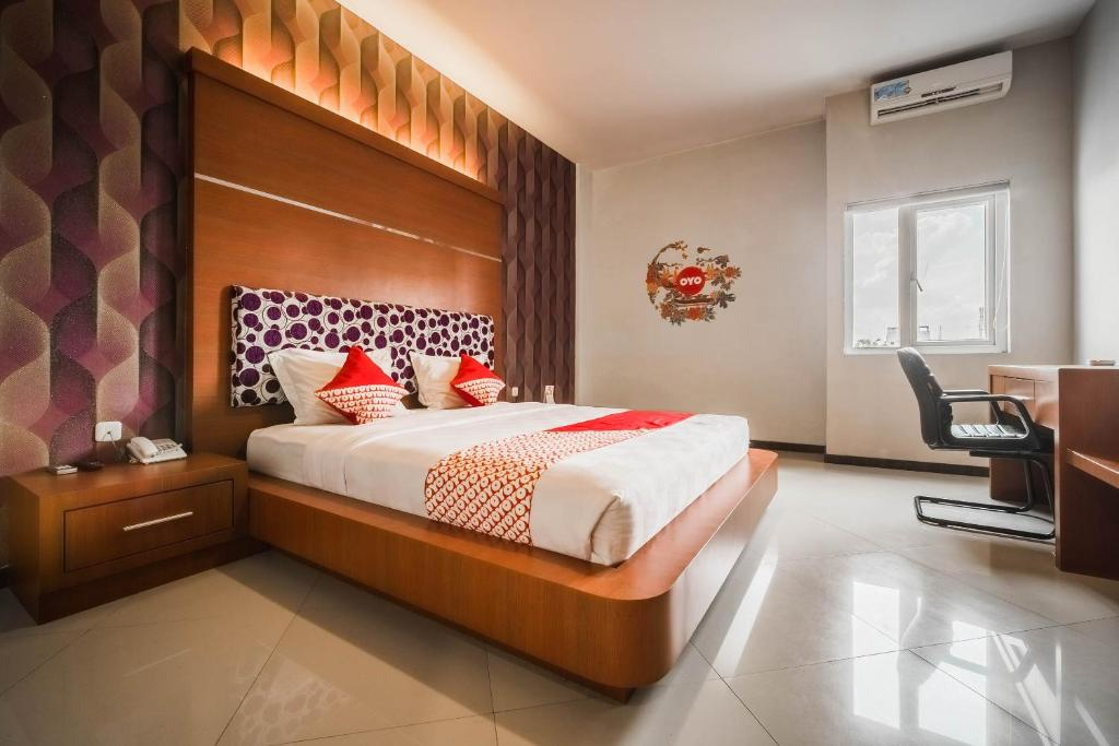 A bed or beds in a room at OYO 238 Hotel Grand Darussalam Syariah