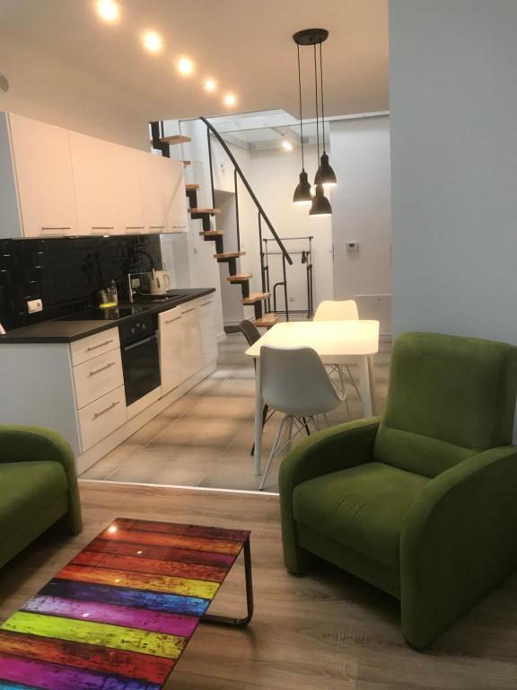 A seating area at Klimatyczny apartament przy bocheńskim Rynku.