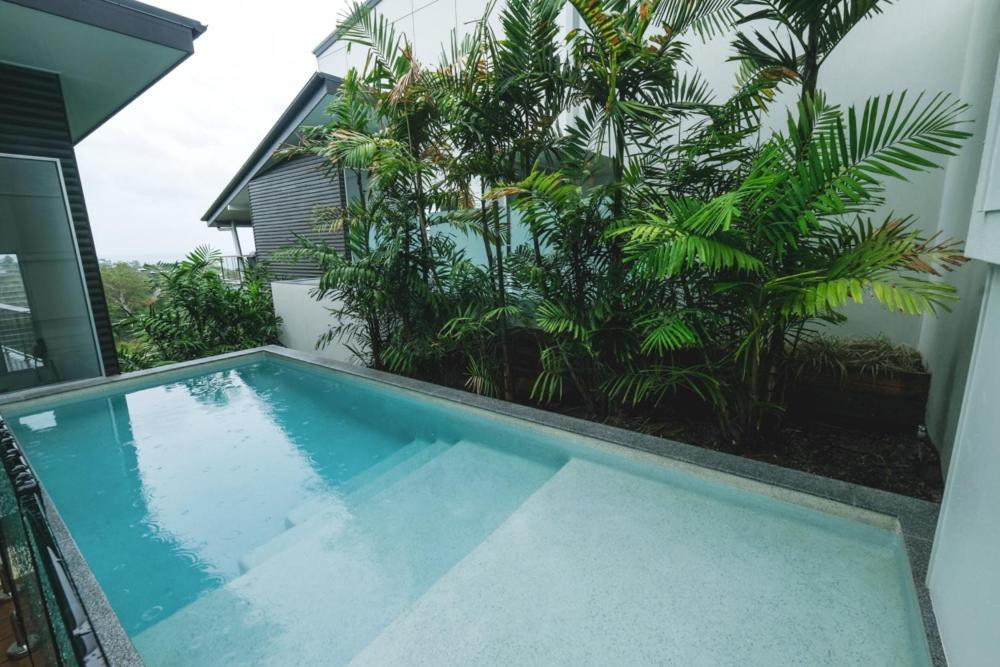The swimming pool at or near Bellevue Holiday Home - Airlie Beach