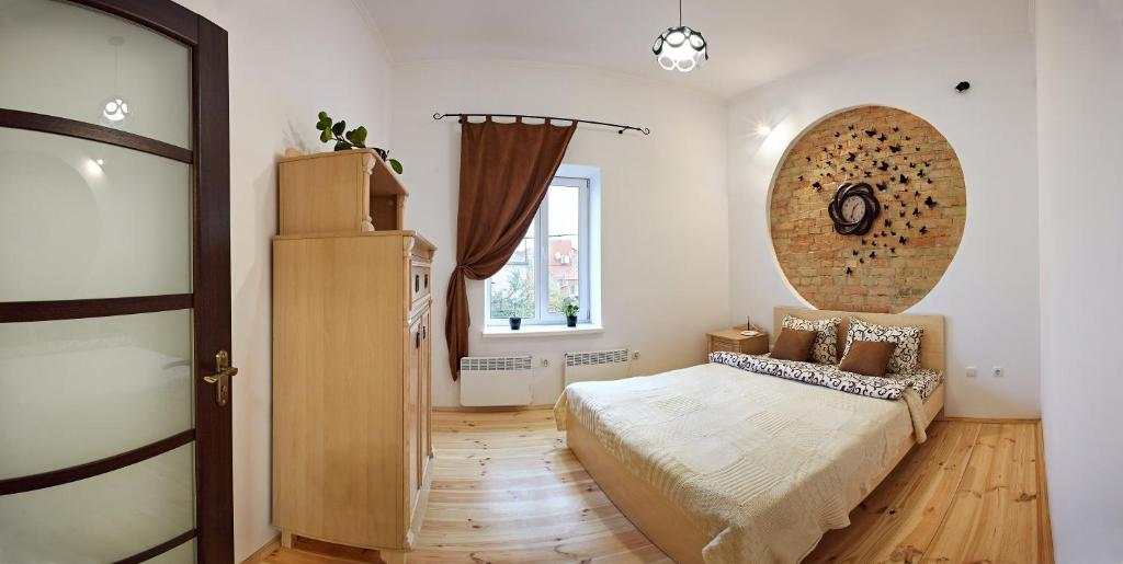 A bed or beds in a room at Babylon Apartments On Dubenska Street