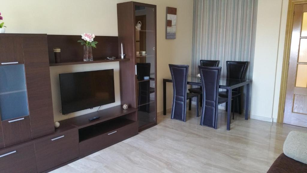 A television and/or entertainment center at GRANJA-Alojamiento con PARKING-GRATIS
