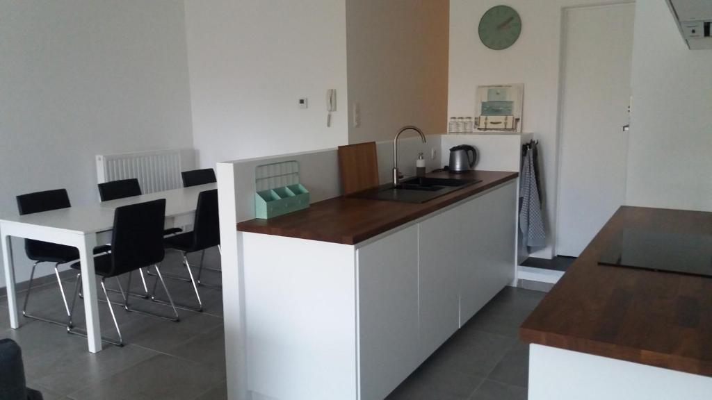 A kitchen or kitchenette at Nieuw 2 Slaapkamer Appartement van 90 m²