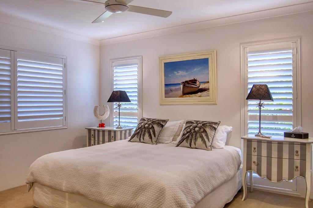 A bed or beds in a room at Cronulla Beach House B&B
