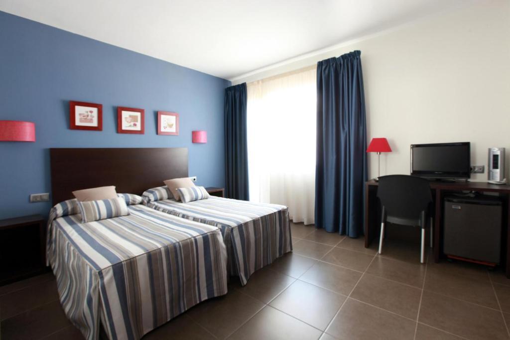 Llit o llits en una habitació de Hotel Marblau Tossa