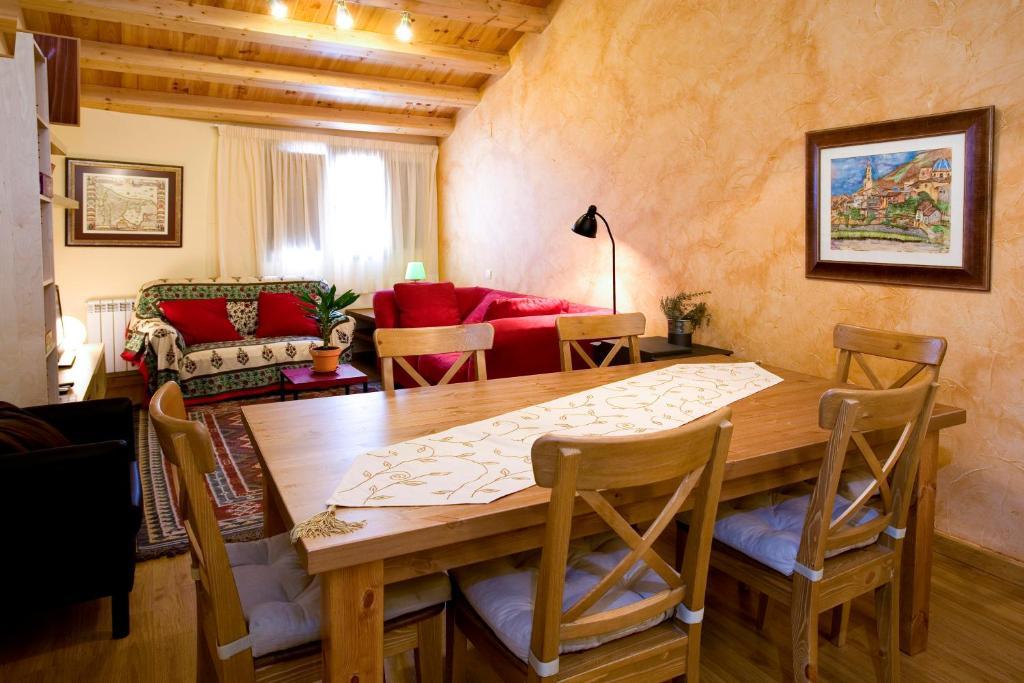 A restaurant or other place to eat at La Curriola vivienda rural de alquiler