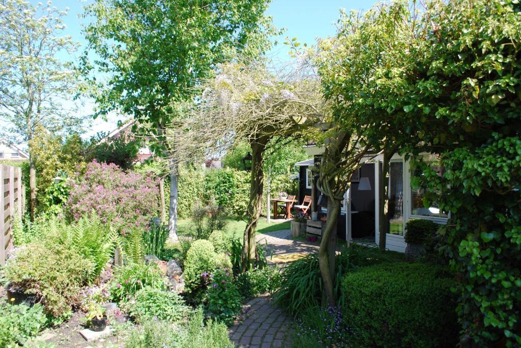 Ein Garten an der Unterkunft De ZeeuwSter