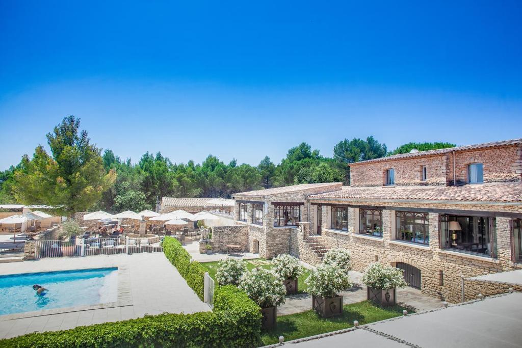Vue sur la piscine de l'établissement Le Phébus & Spa – Relais & Châteaux ou sur une piscine à proximité