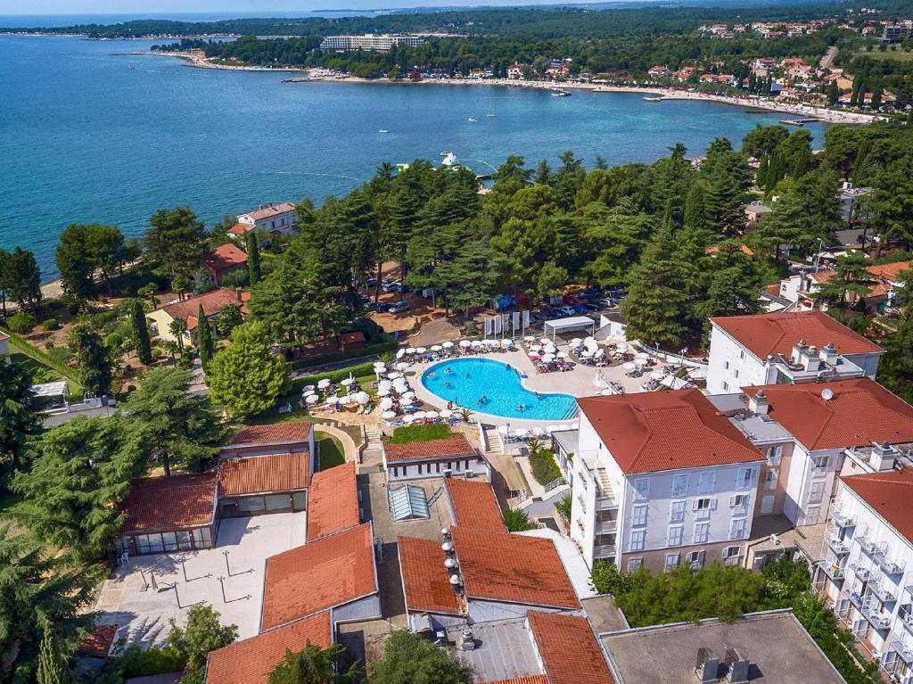Een luchtfoto van Valamar Pinia Hotel